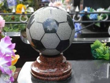 футбольный мяч из гранита