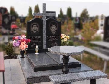 двойной надгробный каменный памятник для кладбищ