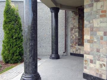 колонны из черного гранита