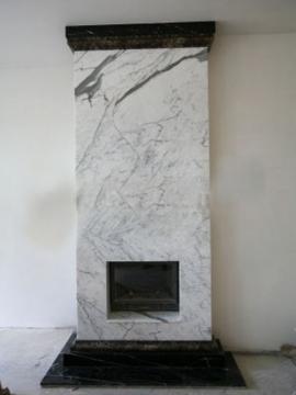 камин из бело-серого мрамора