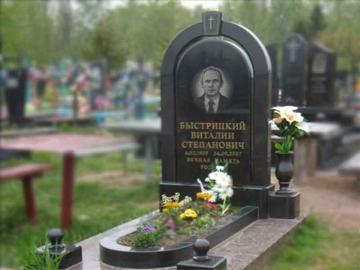одинарный надгробный памятник из гранита на могилу