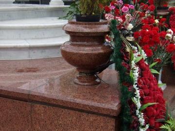 ваза для памятника из красного гранита
