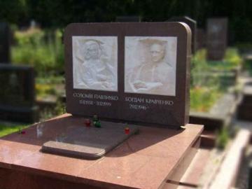 двойной надгробный памятник из камня на могилу
