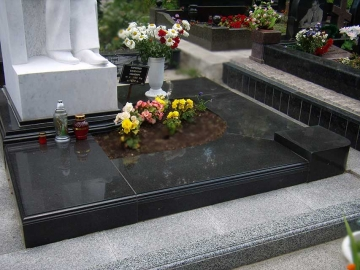 гранитная плита на могилу с основание для цветов