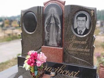 двойной надгробный памятник из камня для кладбищ