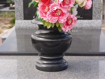 красивая ваза из гранита