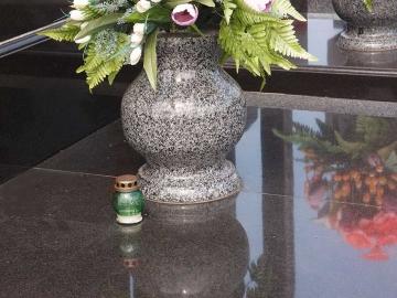 ваза из серого гранита