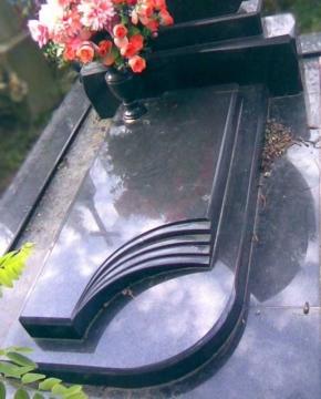 надгробная плита из черного гранита