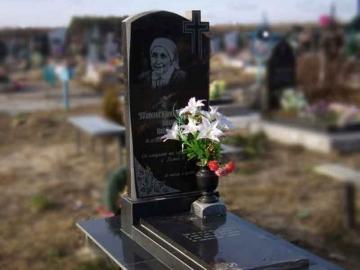 одиночный надгробный памятник из гранита на могилу