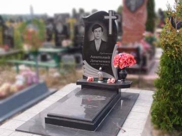 надгробный памятник из камня на могилу
