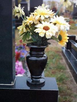 гранитная ваза из черного гранита