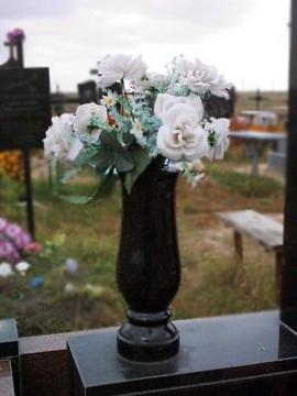 ваза из черного гранита